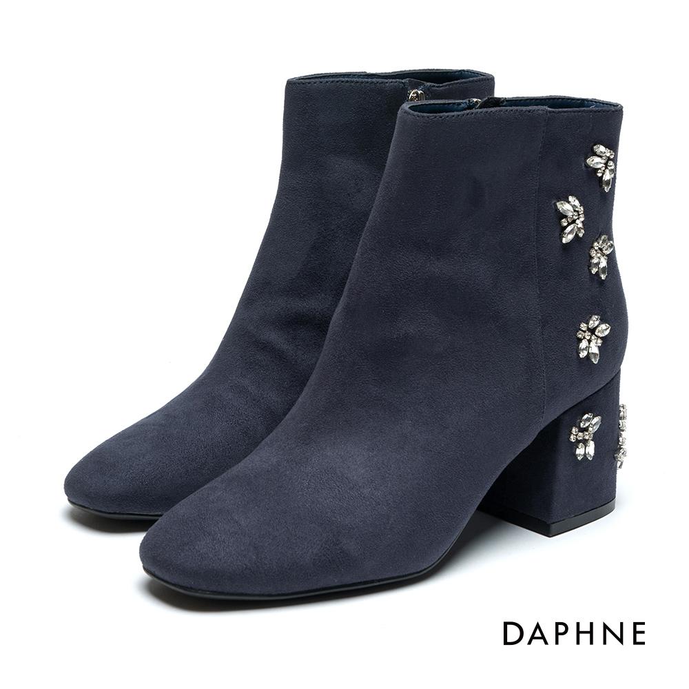 達芙妮DAPHNE 短靴-絨布花形水鑽拼貼粗跟踝靴-深藍