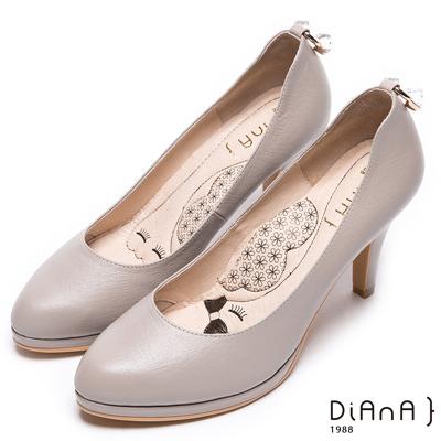 DIANA漫步雲端瞇眼美人款--質感簡約後跟U型方釦真皮跟鞋-米
