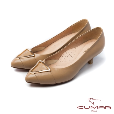 CUMAR法式優雅大金屬裝飾釦尖頭低跟鞋卡其