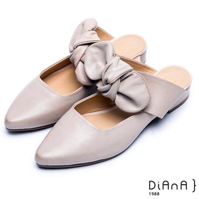 DIANA 時尚潮流—質感雙色牛皮蝴蝶結尖頭穆勒鞋 –米白