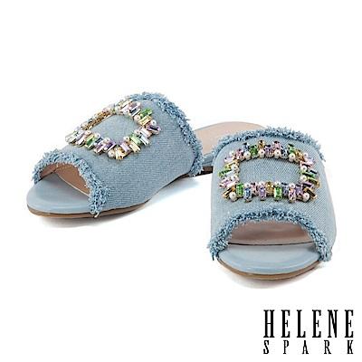 拖鞋 HELENE SPARK 隨性摩登彩色方鑽釦設計不修邊丹寧平底拖鞋-淺藍