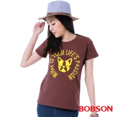 BOBSON  女款小狗英文字圖案膠印T恤-咖啡
