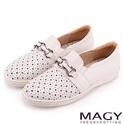 MAGY 舒適樂活 星星簍空真皮百搭休閒鞋-白色