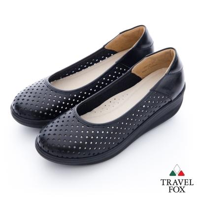 Travel Fox(女) 洞洞搖擺厚底牛皮楔型鞋- 黑
