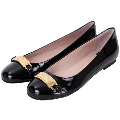 BOUTIQUE MOSCHINO 漆皮金屬牌飾平底鞋(黑色)
