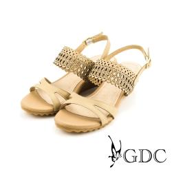 GDC-都會時尚沖孔側扣帶真皮楔型厚底一字低跟涼拖鞋-卡其色