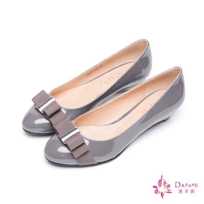達芙妮DAPHNE-人氣大賞蝴蝶結亮面小坡跟娃娃鞋-內斂灰