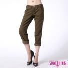 SOMETHING 休閒褲 郵戳小垮褲-女-橄欖綠