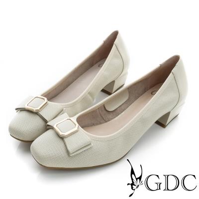 GDC-優雅時尚蝴蝶方形飾扣沖孔真皮粗低跟鞋-米杏色