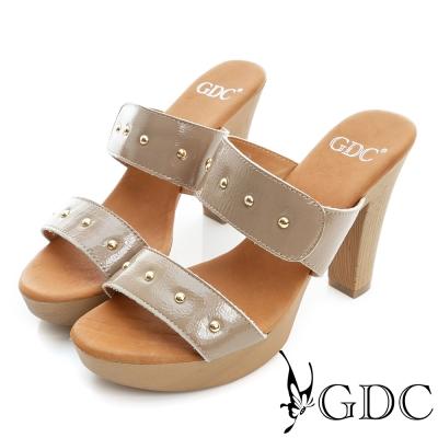 GDC-簡約設計雙帶鉚釘真皮楔型厚底涼拖鞋-卡其色