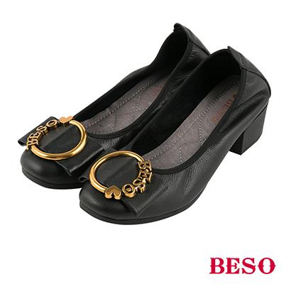 BESO 優雅名媛 全真皮LOGO飾釦蝴蝶結鬆緊帶方頭粗跟鞋~黑