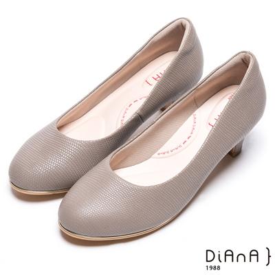 DIANA漫步雲端輕盈美人款--素雅簡約蜥蜴壓紋質感真皮跟鞋-可可
