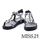 涼鞋 MISS 21 摩登個性珍珠鉚釘釦飾造型平底涼鞋-銀