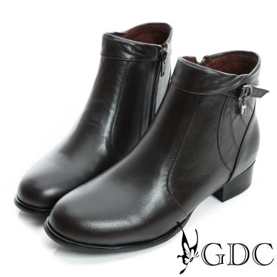 GDC個性-反折皮帶吊飾拉鍊真皮低跟短靴-咖啡色