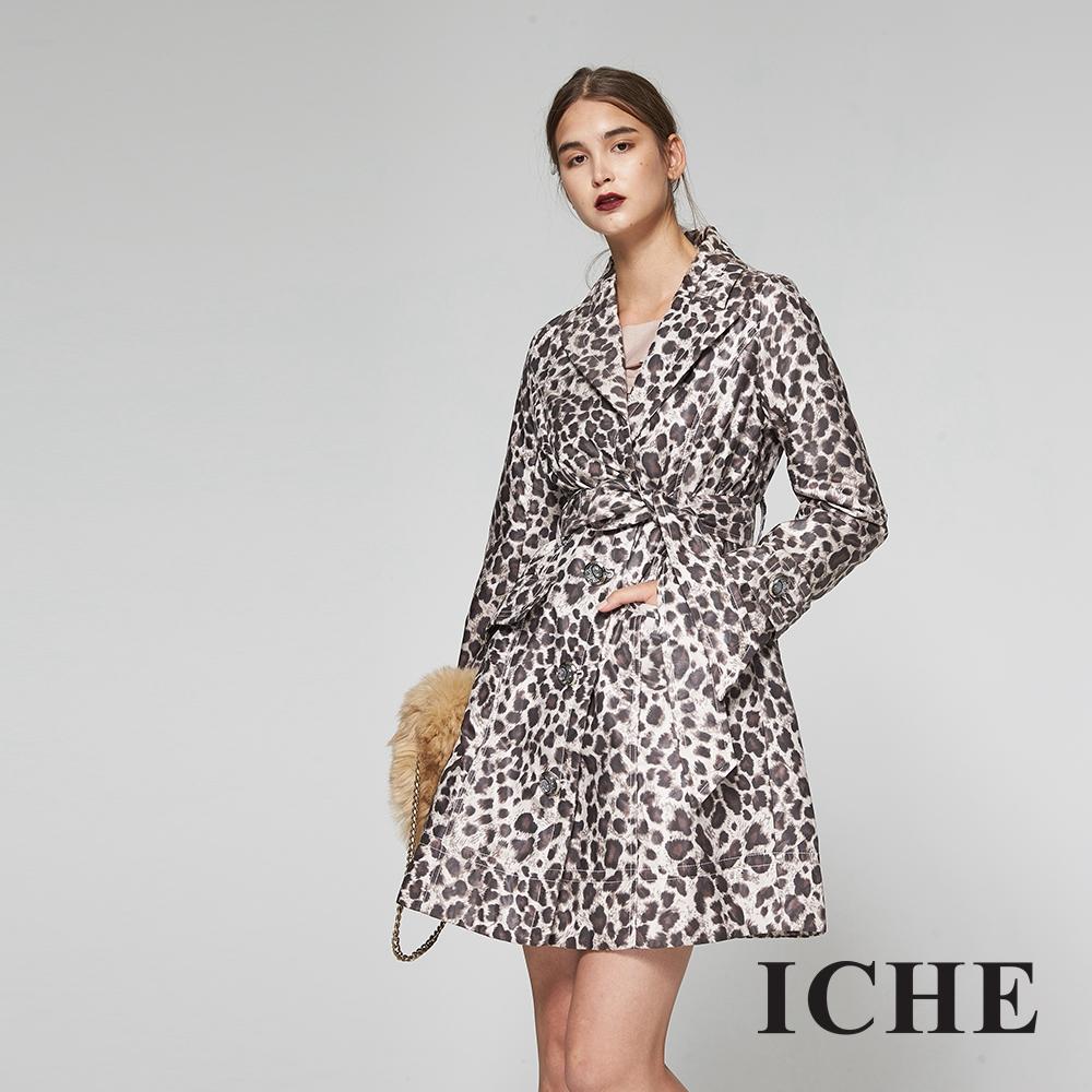 ICHE衣哲 豹紋印花翻領綁長版大衣外套-咖
