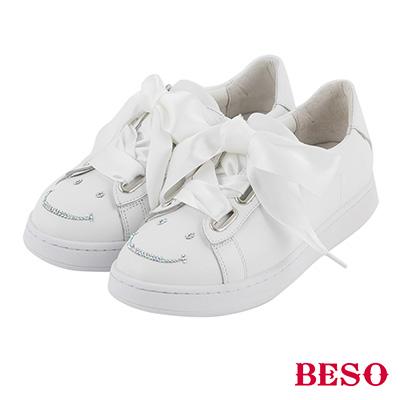 BESO  甜美玩味 寬版緞帶蝴蝶結笑臉燙鑽休閒鞋~白