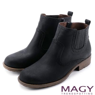 MAGY 中性俏皮 磨面感牛皮雕花踝靴-黑色