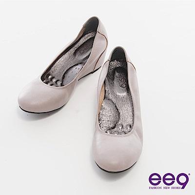 ee9 心滿益足-圓頭素面彈性微坡跟內增高平底娃娃鞋-芋色