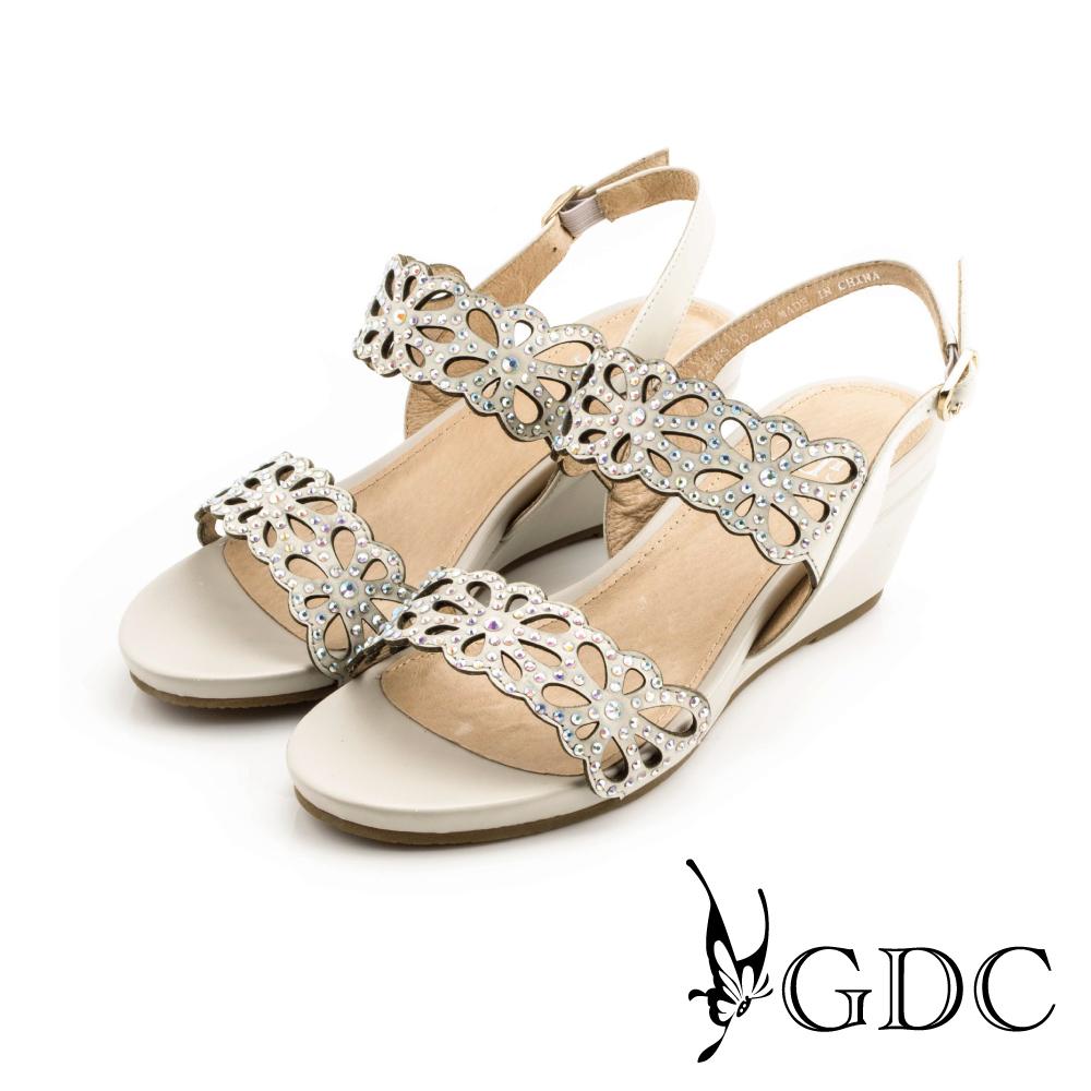 GDC-水鑽沖孔花朵鏤空真皮楔型涼鞋-杏色