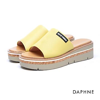 達芙妮DAPHNE 涼鞋-穆勒款簡約字母木紋楔型涼拖鞋-黃