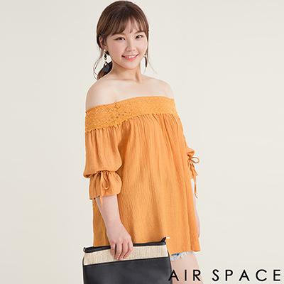 AIR SPACE PLUS 蕾絲拼接縮口綁帶一字領洋裝(卡其)