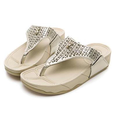 PLAYBOY個性樣貌 鉚釘舒適厚底夾腳拖鞋-金