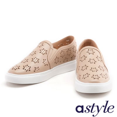 休閒鞋 astyle 雪花沖孔造型全真皮厚底休閒鞋-米