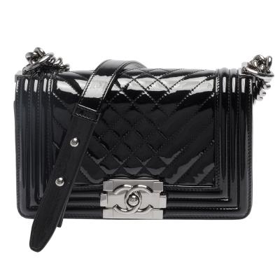 CHANEL BOY 系列菱格小羊漆皮小香造型金屬釦壓邊銀鍊肩背包(黑-20cm)