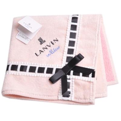 LANVIN en bleu 優雅造型緞帶蝴蝶結品牌LOGO刺繡小方巾(奶油色系)