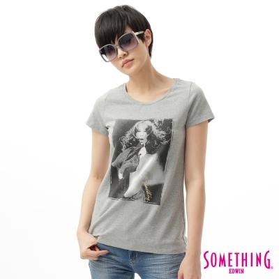 SOMETHING女人像印花圓領T恤