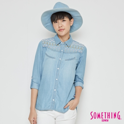SOMETHING 牛仔跳色繡花長袖襯衫-女-漂淺藍