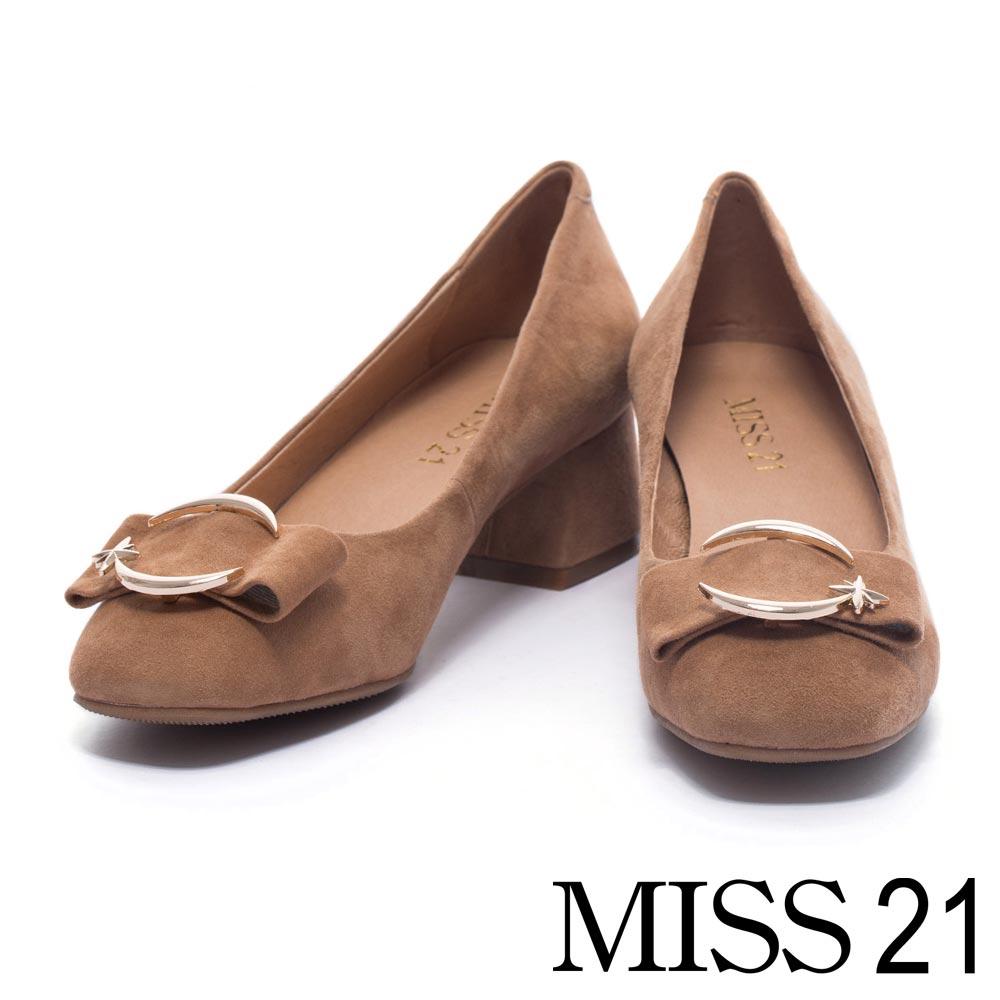 跟鞋 MISS 21 甜美寬帶造型飾釦羊麂皮低跟鞋-棕