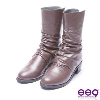 ee9 芯滿益足自然抓皺素面粗跟中筒靴 咖色