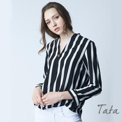 V領裝飾金屬扣條紋襯衫 共二色 TATA-動態show