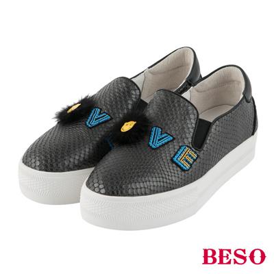 BESO LOVE SMILE 斑斕蛇紋徽章立體笑臉休閒鞋~深灰