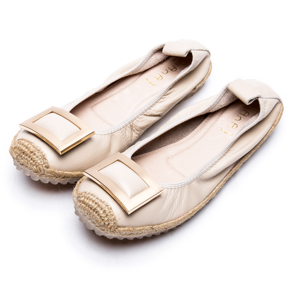 DIANA率性百搭--奪目方形飾釦草編真皮平底鞋-米