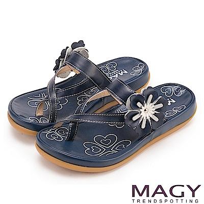 MAGY 夏日休閒甜美款 趾環交叉花朵牛皮平底拖鞋-藍色