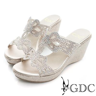 GDC-閃亮迷人蝴蝶水鑽真皮楔型厚底涼拖鞋-金色