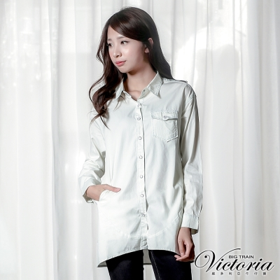Victoria 口袋剪接寬鬆長版長袖襯衫-女-淺水洗藍