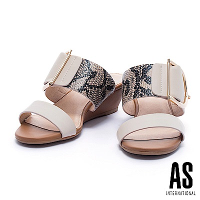 拖鞋 AS 蛇紋異材質拼接金屬釦平行繫帶楔型低跟拖鞋-米