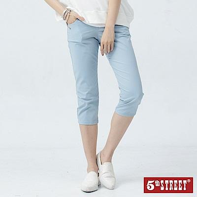 5th STREET 夏日彈性休閒七分褲-女-淺藍色