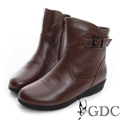 GDC個性-側皮帶飾扣拉鍊楔型真皮中筒靴-咖啡色