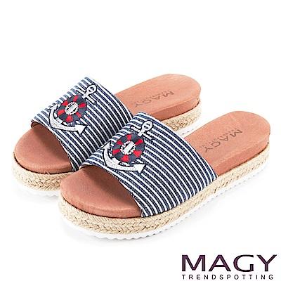 MAGY 率性休閒 船錨刺繡布面麻編鑽飾厚底拖鞋-藍色