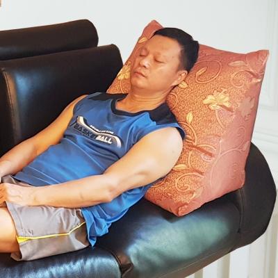 凱蕾絲帝-台灣製造-客廳木椅小憩高支撐緹花三角靠墊/美腿枕-紅(1入)
