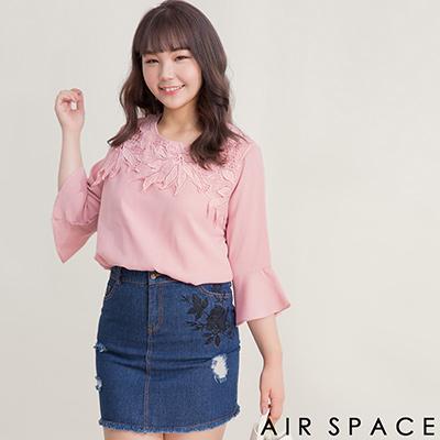 AIR SPACE PLUS 中大尺碼 拼接緹花蕾絲荷葉雪紡上衣(粉紅)