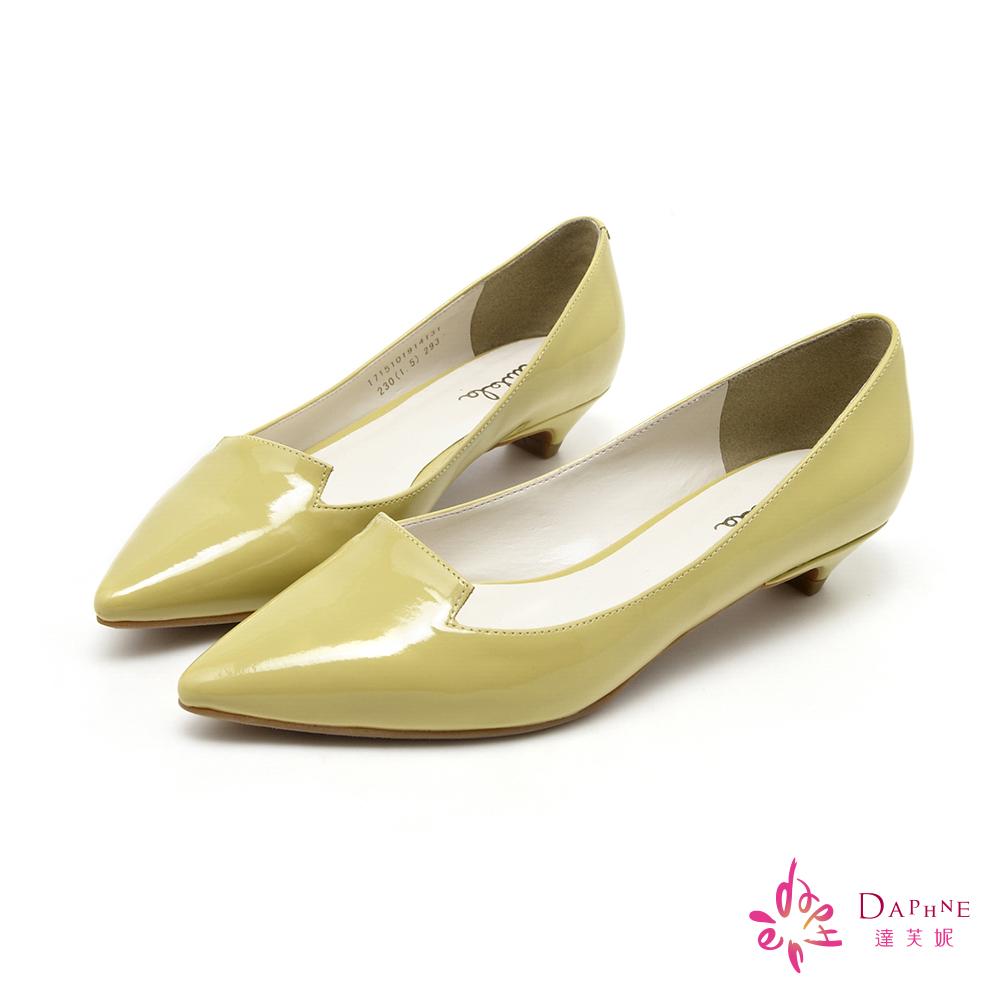 達芙妮DAPHNE 簡潔主義素面漆皮尖頭低跟鞋-淡雅黃