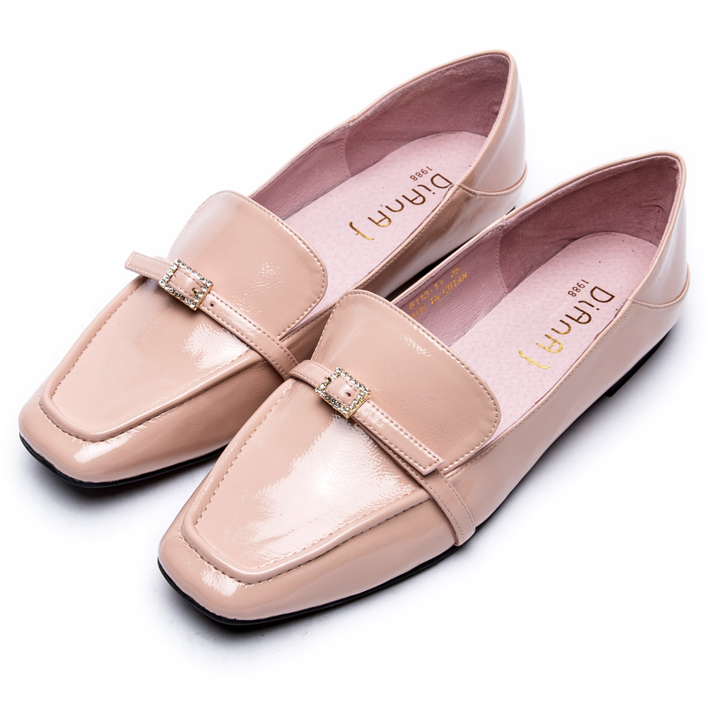 DIANA小方釦質感亮面方頭樂福鞋-簡約俐落-裸