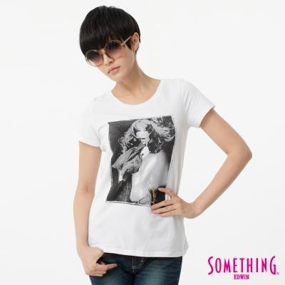 SOMETHING T恤 人像印花圓領T恤-女-白色