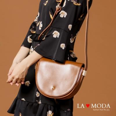 La Moda 完美線條半月造型肩背斜背馬鞍包(棕)