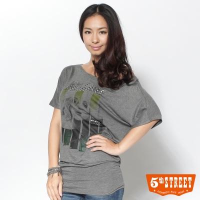 5thSTREET-真夏長版顯瘦女子圖騰T恤-女款-麻灰